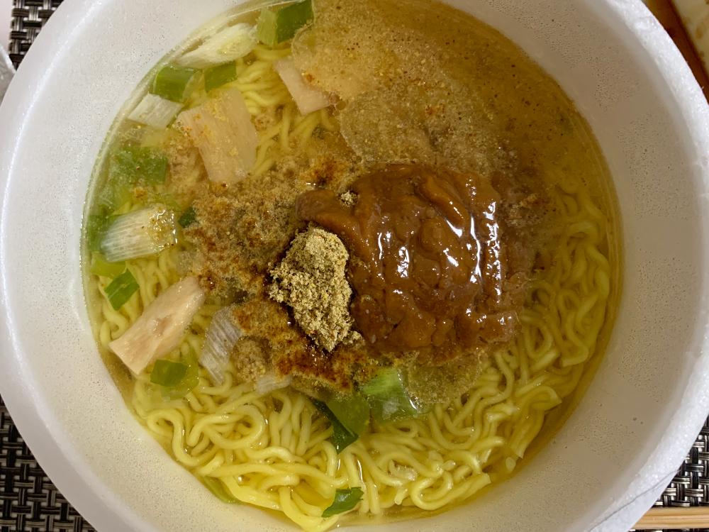 青森ご当地カップ麺_味噌カレーミルクラーメン_後入れスープを入れた