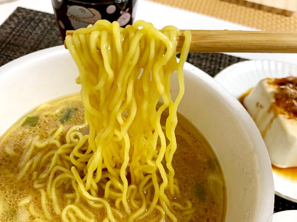 青森ご当地カップ麺_味噌カレーミルクラーメン_麺