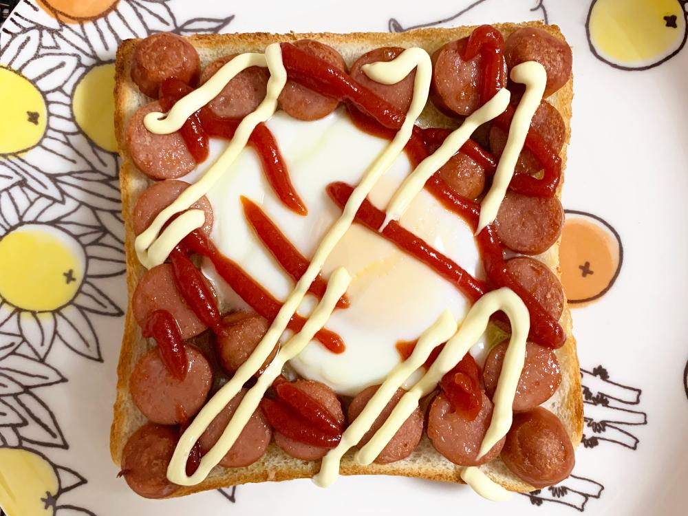 ずぼらモーニングトースト_ウインナーと目玉焼き