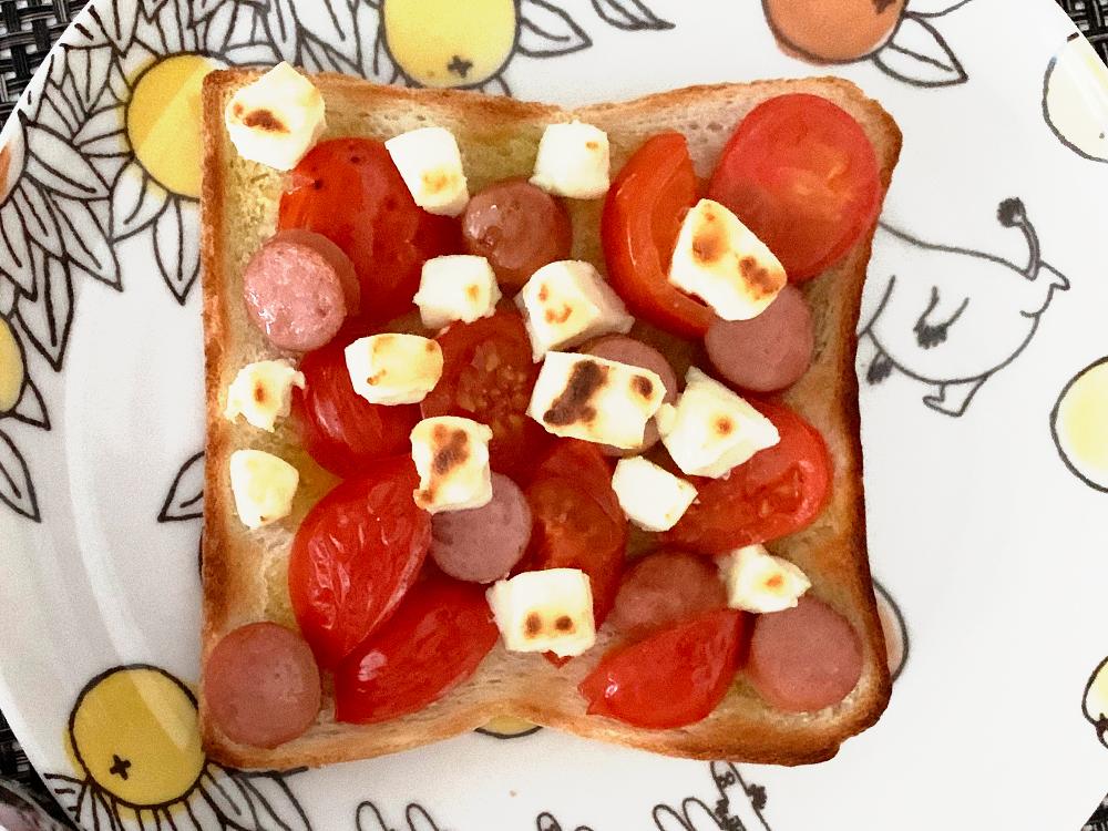 ずぼらモーニングトースト_ウインナーとミニトマトと、キリチーズ